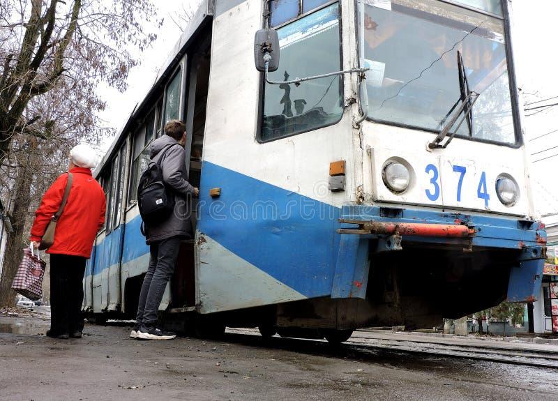 Taganrog, Rusia, - 1 de abril de 2019: Pasajeros en la entrada de la tranvía imagen de archivo