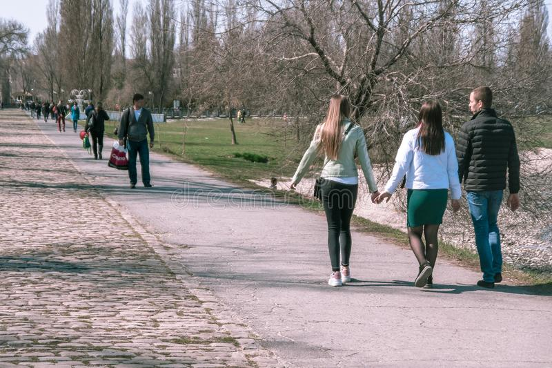 Taganrog, Rusia - 07 04 19: las chicas jóvenes hermosas caminan llevando a cabo las manos en un día soleado fotos de archivo libres de regalías