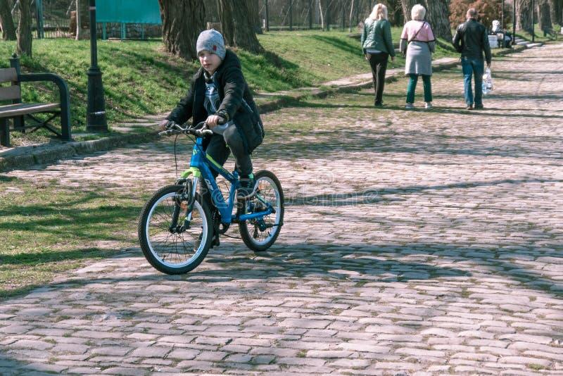 Taganrog, Rusia - 07 04 19: muchacho que monta su bici en el parque fotos de archivo libres de regalías
