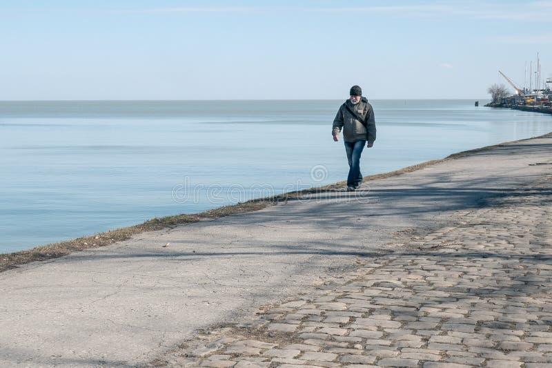 Taganrog, Rusland - 05 03 19: grootvader met een grijze baardgangen langs de promenade royalty-vrije stock afbeelding