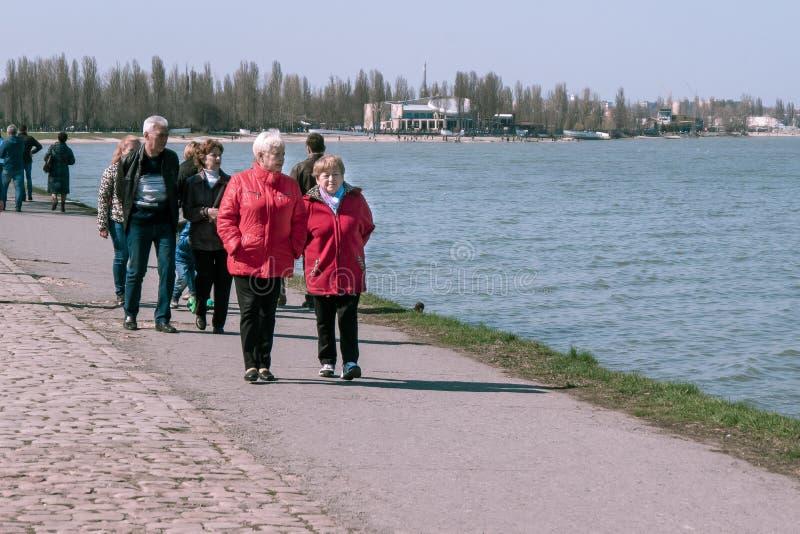 Taganrog, Russie - 07 04 19 : deux grands-mères flânent le long du remblai des vacances photographie stock