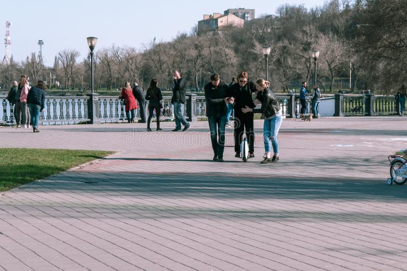 Taganrog, Russie - 07 04 19 : les adultes apprennent à monter un hoverboard photographie stock