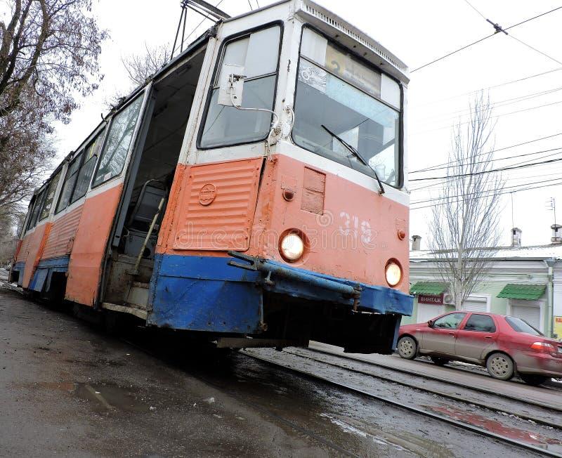 Taganrog Ryssland, - 01 April 2019: smutsig gammal spårvagn som ner rullar royaltyfria bilder
