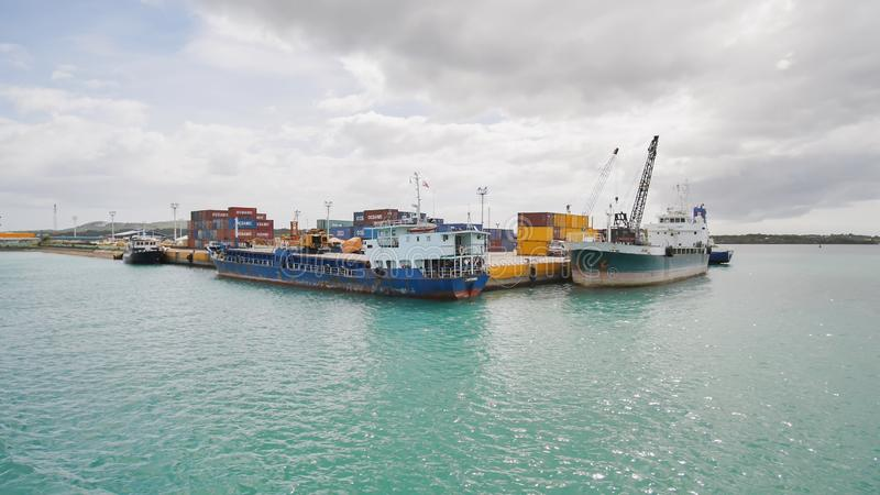 Tagbilaran,菲律宾- 2018年1月5日:商品容器和船在Taagbilaran港  菲律宾 免版税库存图片