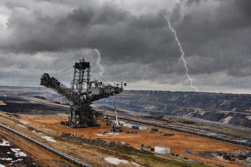 Tagebaubergbau des Gräbers und der Braunkohle lizenzfreies stockfoto