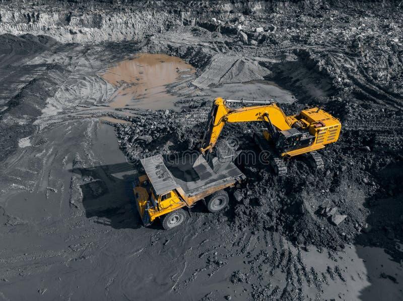 Tagebaubergwerk, mineralgewinnende Industrie f?r Kohle, Draufsichtluftbrummen stockbilder