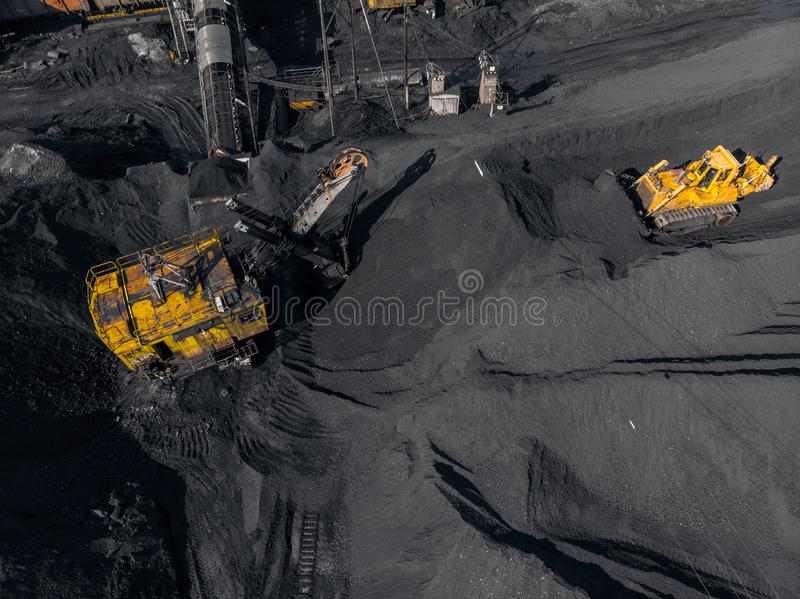 Tagebaubergwerk, mineralgewinnende Industrie f?r Kohle, Draufsichtluftbrummen stockfotografie