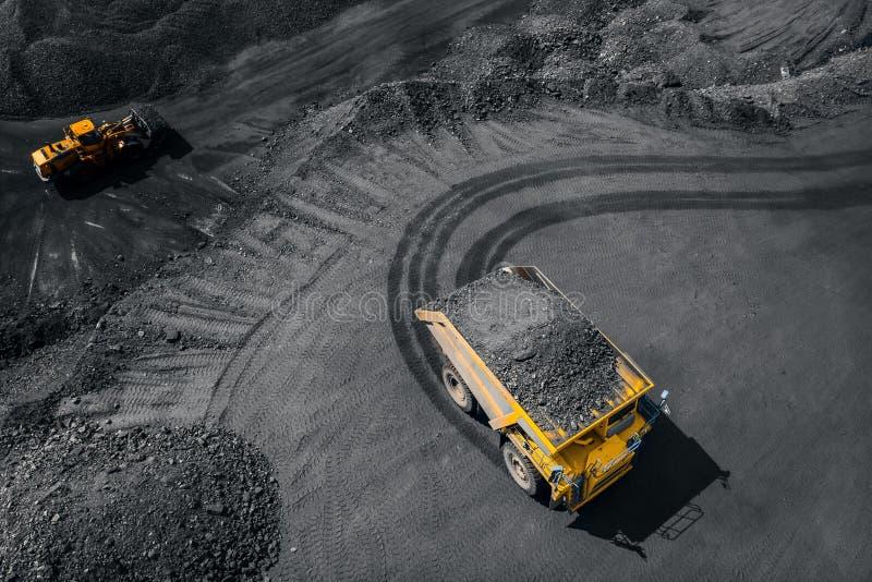 Tagebaubergwerkindustrie, großer gelber Bergbau-LKW für Kohle, Draufsichtantenne lizenzfreie stockfotografie