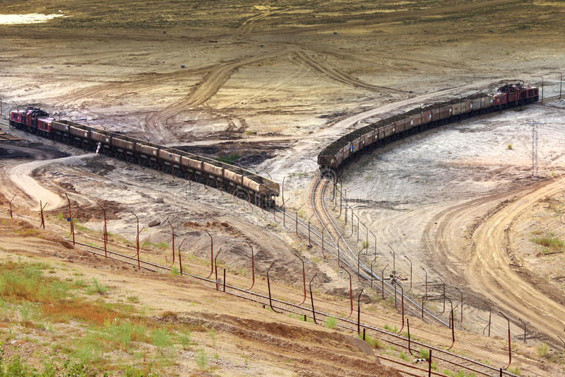 Tagebaugrubebagger und -eisenbahn stockbilder