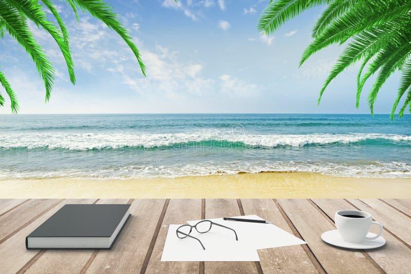 Tagebuch, leere Papiere und Tasse Kaffee auf Holzbank an Strand b stockfotografie
