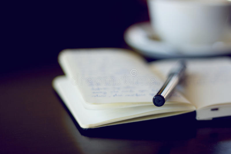 Tagebuch und Kaffee lizenzfreie stockfotografie