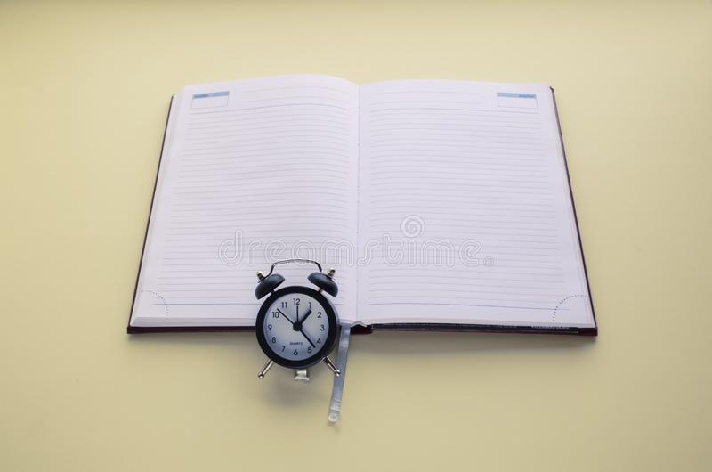 Tagebuch und Uhr, tun rechtzeitig, schreiben zum Kalender und zum Tagebuch Kopieren Sie Platz lizenzfreies stockfoto