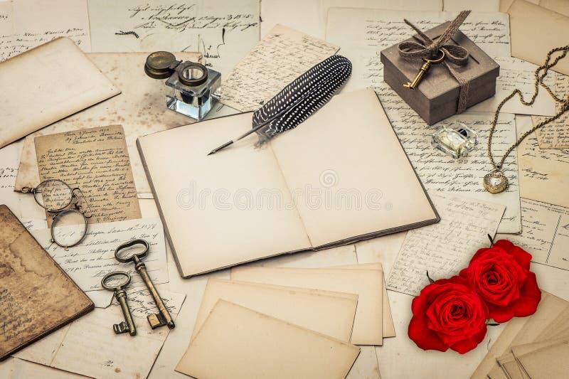 Tagebuchbuch, alte Liebesbriefe und Rotrose blüht lizenzfreies stockbild