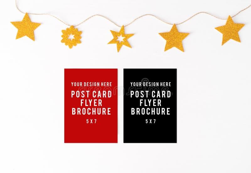 Tagebuchpostkartenflieger auf Tabelle Weihnachtszusammensetzungshintergrund Tapete, Dekorationen und Ausschnitte auf Whit stockbilder