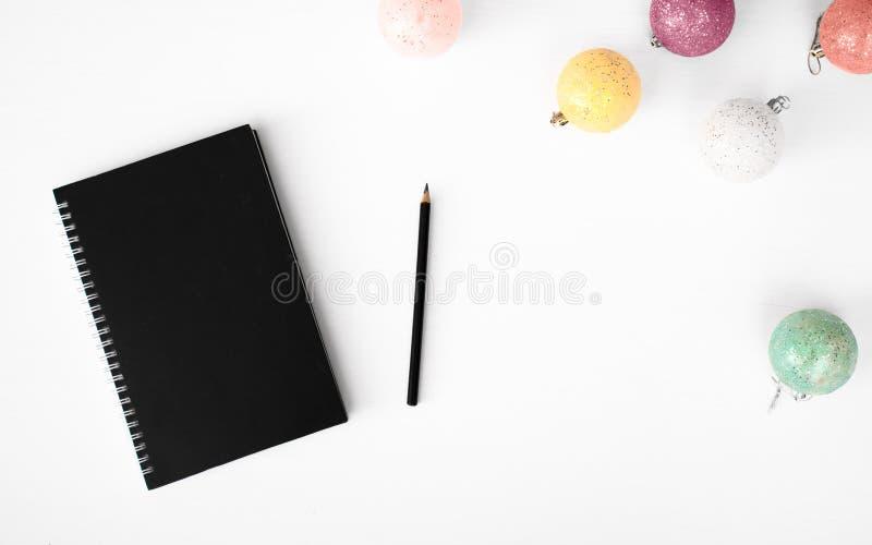 Tagebuchpostkartenflieger Weihnachtszusammensetzungshintergrund tapezieren Sie, Dekorationsbälle, auf weißem Hintergrund Flache L stockfoto