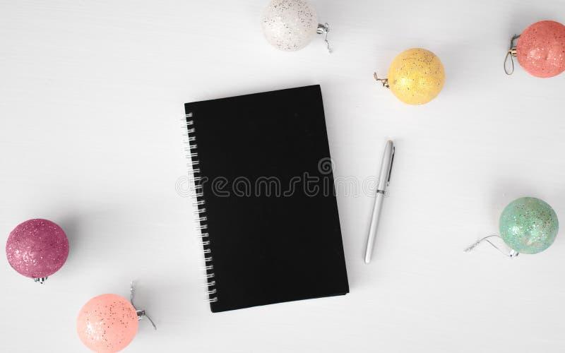 Tagebuchpostkartenflieger Weihnachtszusammensetzungshintergrund tapezieren Sie, Dekorationsbälle, auf weißem Hintergrund Flache L lizenzfreie stockfotografie