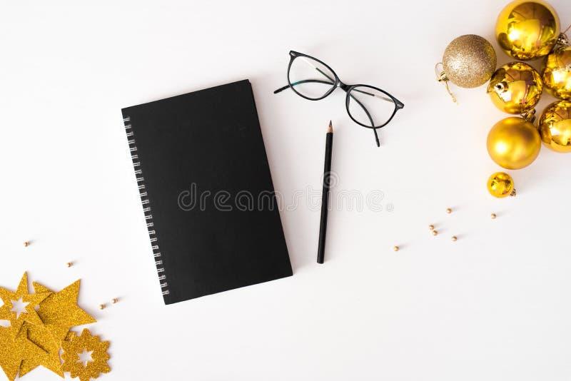 Tagebuchpostkartenflieger Weihnachtszusammensetzungshintergrund tapezieren Sie, Dekorationsbälle, auf weißem Hintergrund Flache L lizenzfreie stockfotos