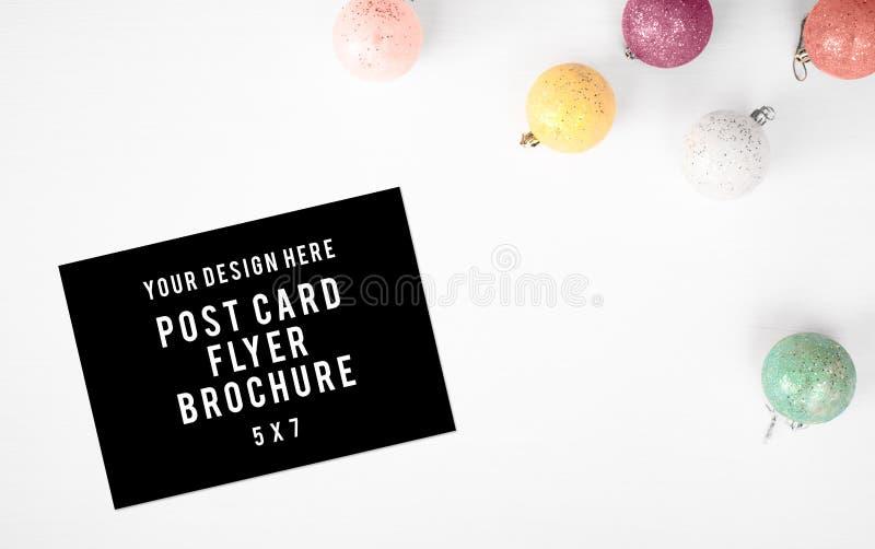 Tagebuchpostkartenflieger Weihnachtszusammensetzungshintergrund tapezieren Sie, Kiefernkegel, Dekorationsbälle, auf weißem Hinter lizenzfreie stockfotos