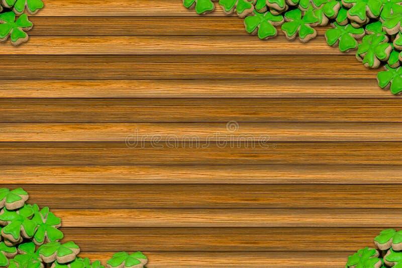 Tages-St- Patricksymbolfeiertagsklee verlässt festliche Designmenü-Webdesigngruppe Shamrocks verzierte Holzoberfläche der Kopie stockfoto