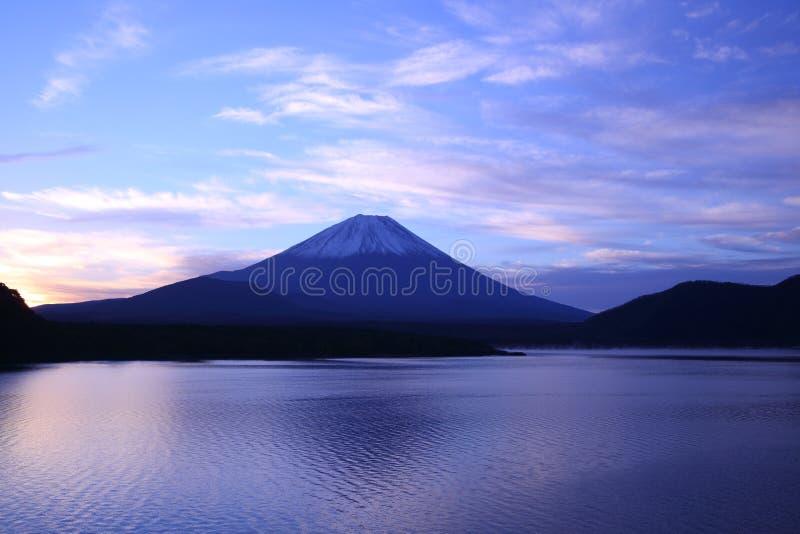 Tagesanbruch der Fujisan und See Motosu lizenzfreies stockbild