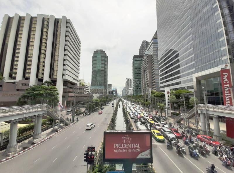 Tagesansicht des beschäftigten Verkehrs auf Satorn-Straße, Geschäftsbereich auf Zentrale von Bangkok lizenzfreie stockfotos