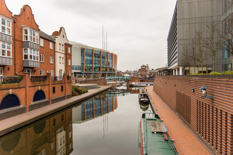 Tagesansicht des Bootskanals im Coventry-Stadtzentrum stockbilder