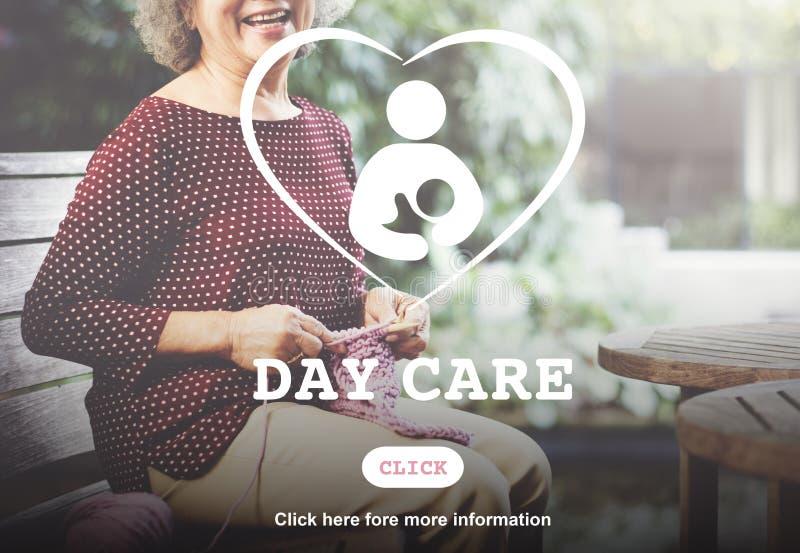 Tagesbetreuungs-Babysitter-Kindermädchen-Nursery Love Motherhood-Konzept lizenzfreie stockbilder