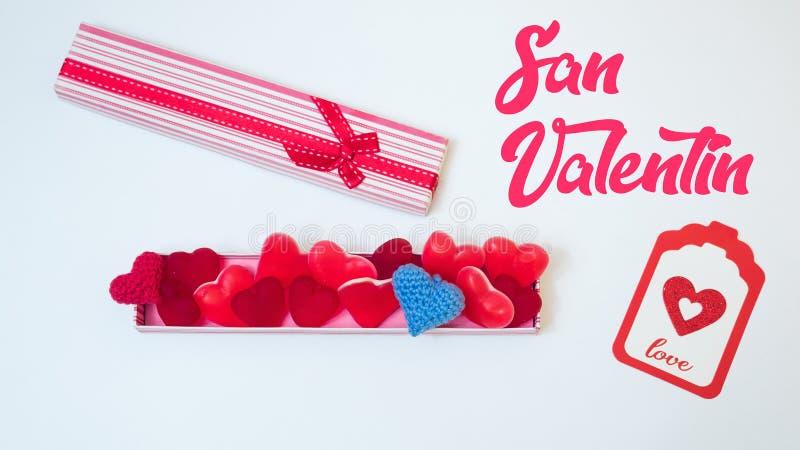 Tagesdekoration Sans ValentineÂs machte withabox mit Herzgeleebonbons gummies und den roten und rosa Papierherzen Liebhabergesche lizenzfreies stockfoto