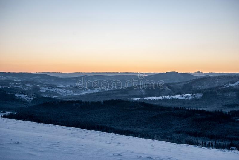 Tageslicht von Ochodzita-Hügel in Bergen Winter Beskid Slaski über Koniakow-Dorf in Polen mit klarem Himmel lizenzfreies stockfoto
