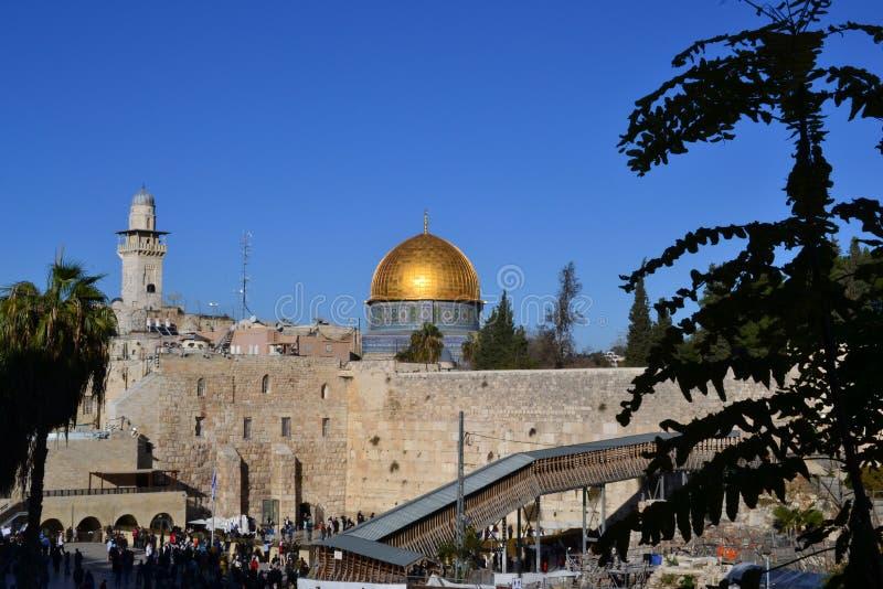 Tageslichtansicht über Haube des Felsens und der Westwand in Jerusalem Israel, Kotel, Golden Dome, blauer Himmel stockfotografie
