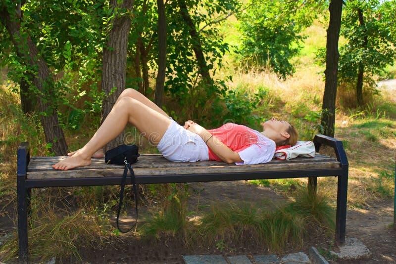 Tagesschlaf auf einer Bank lizenzfreies stockfoto