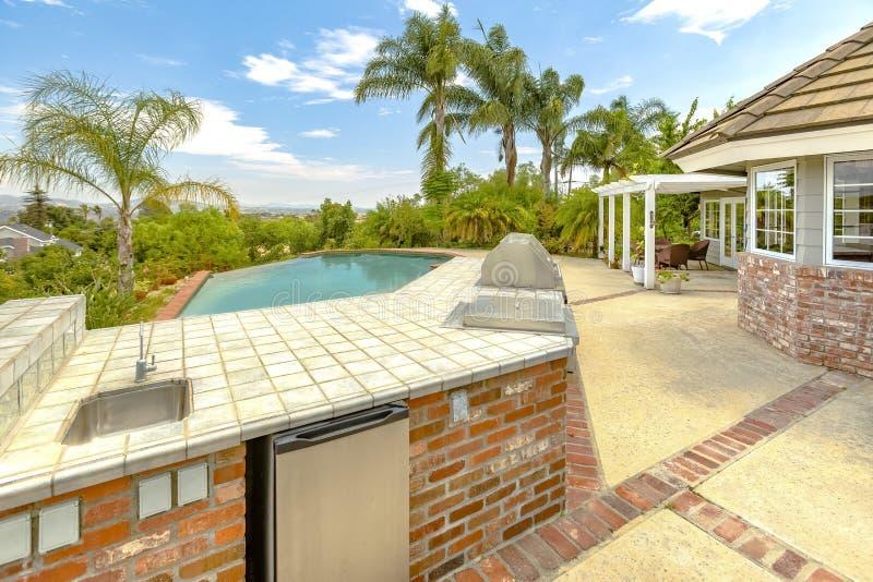 Tagesschuß eines Wunder Kalifornien-Hauses mit einem großen Pool und einer Zählung stockfotografie