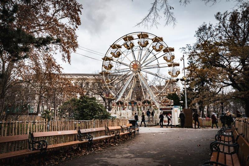 Tagesschuß von Ferris Wheel bei Rathausplatz während der Weihnachtsmärkte in Wien lizenzfreie stockbilder