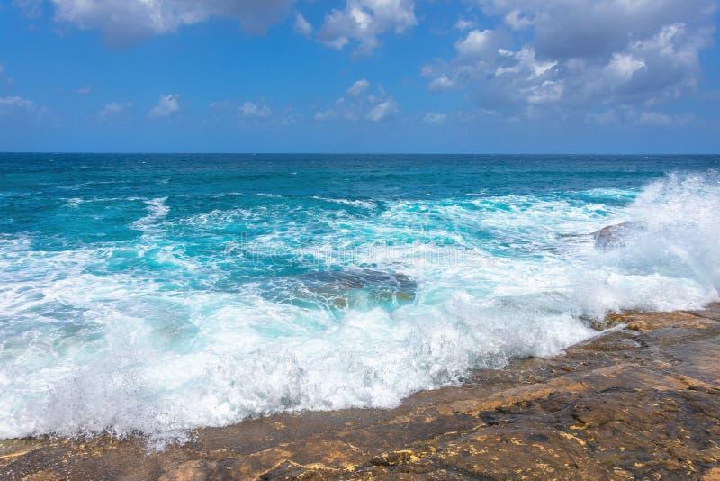 Tagessturm an einem sonnigen Tag, T?rkiswellen des Mittelmeeres, das auf den Felsen bricht lizenzfreies stockbild