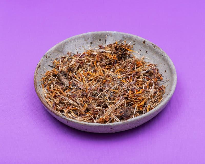 Tagete messicano dei semi asciutti del tagete, tagete azteco, tagete africano in piatto ceramico sulla porpora Tagetes Erecta DAI fotografia stock