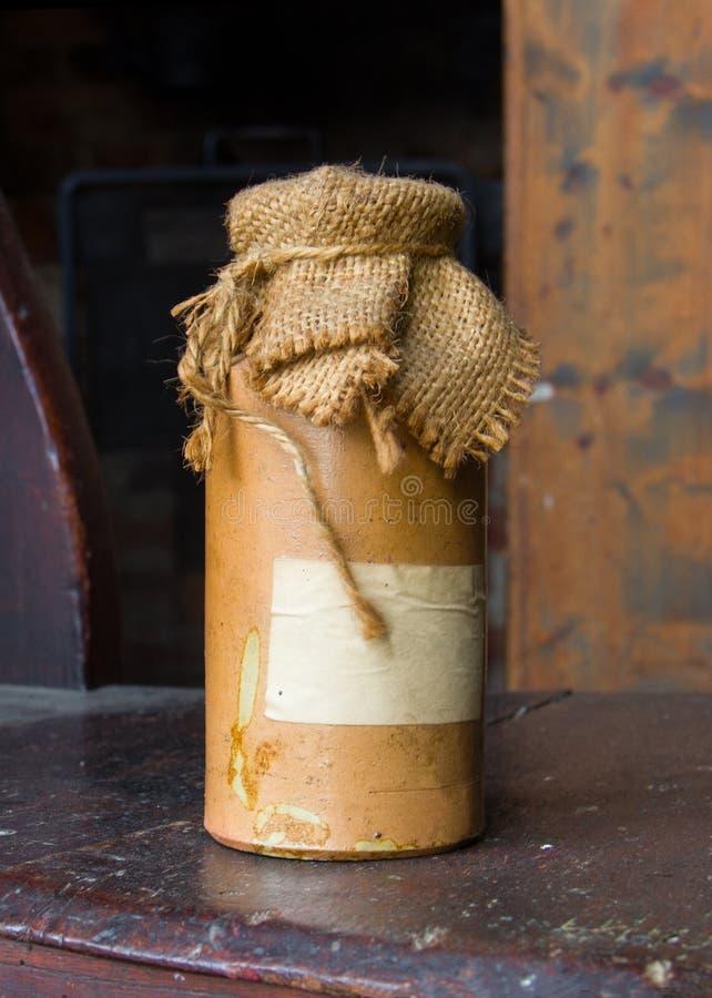 Märkte keramiska buteljerar nära sackcloth royaltyfri fotografi
