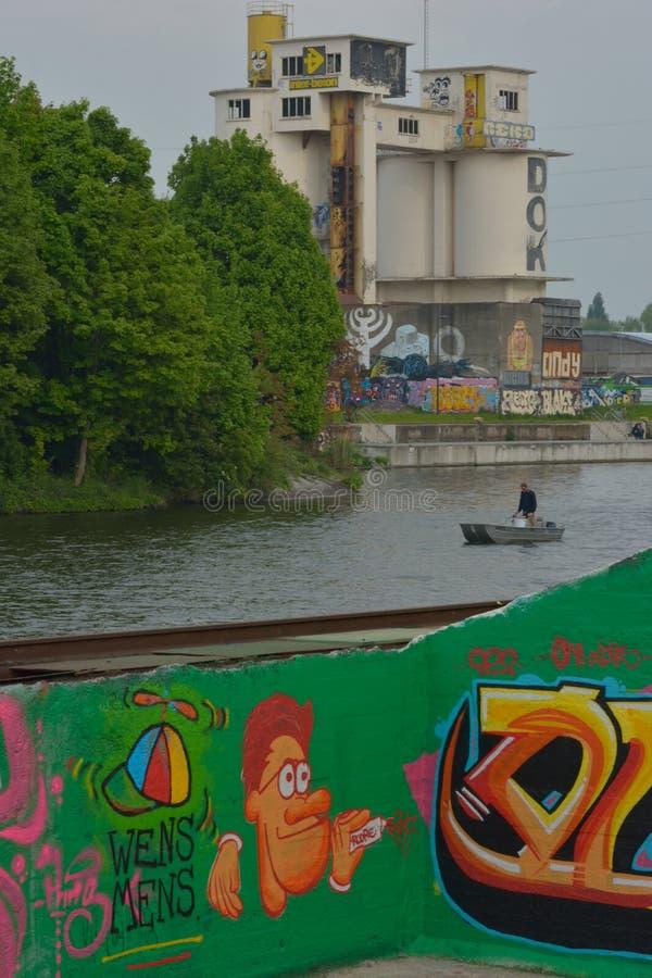 Taggers en Graffitikunstenaar aan het werk die trillende kunstwerken maken royalty-vrije stock foto