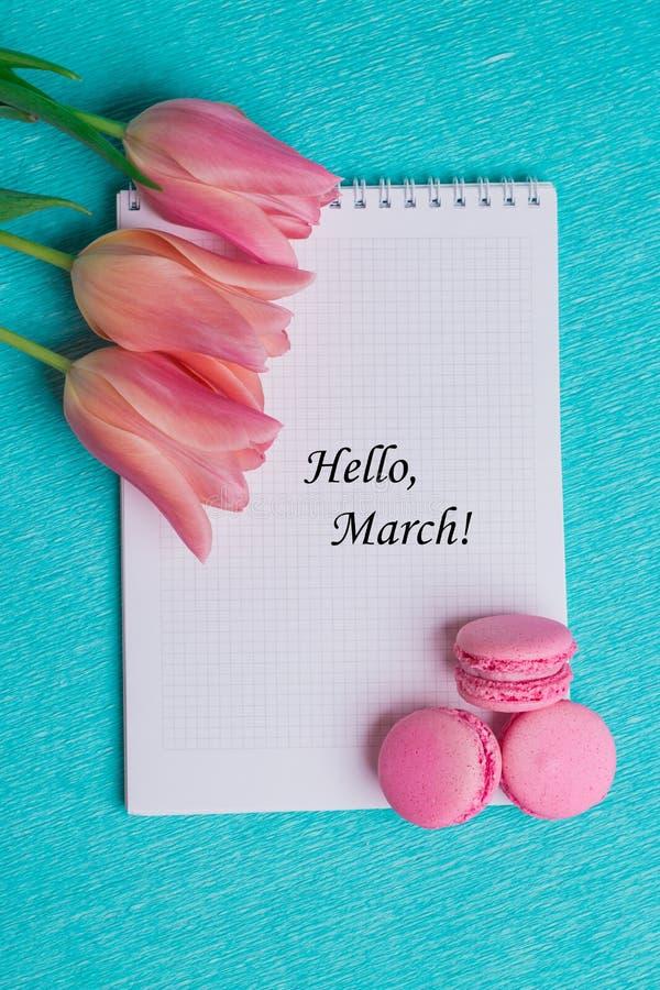 Taghallo Marsch mit drei rosa Tulpen und drei rosa Makronen stockfotos