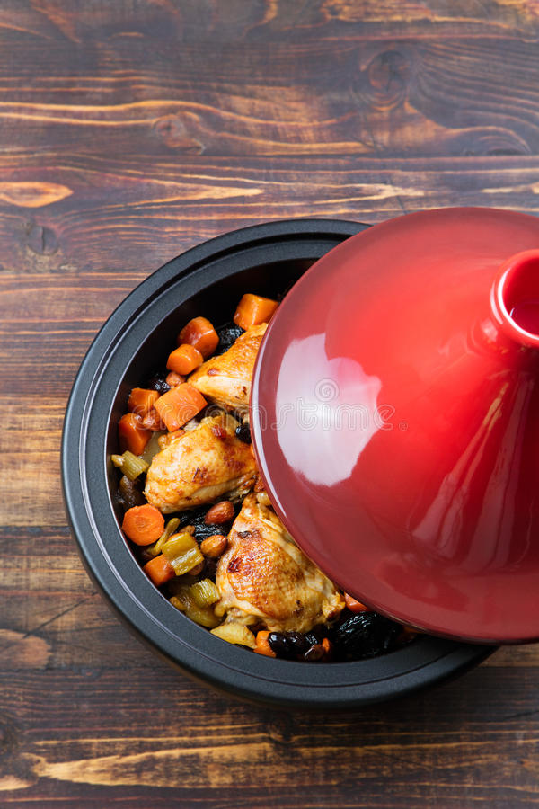 Tagine com galinha e os vegetais cozinhados Culinária marroquina tradicional Opinião superior do espaço de madeira da cópia do fu fotografia de stock royalty free