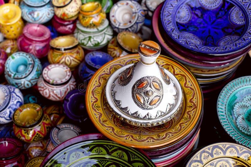 Tagine decorado e lembranças tradicionais de Marrocos fotografia de stock