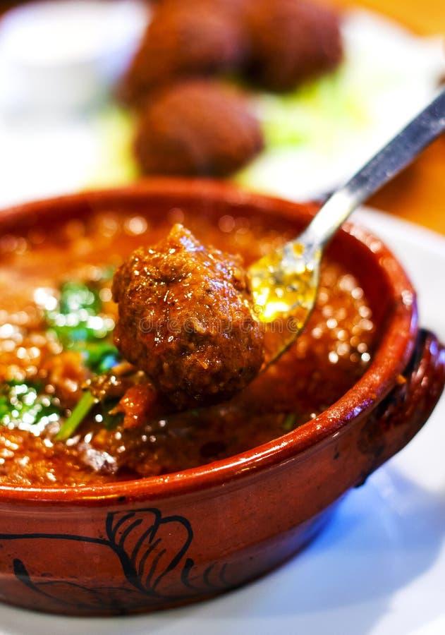 Tagine delicioso con las albóndigas marroquíes foto de archivo