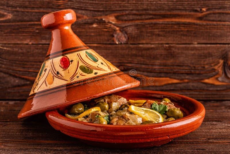 Tagine marroquí tradicional del pollo con las aceitunas y los limones salados imagenes de archivo