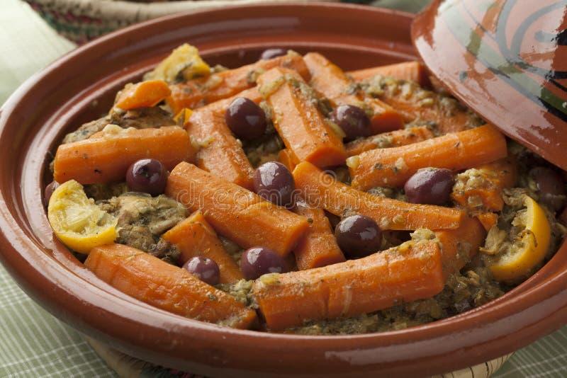 Tagine marroquino com galinha e cenouras imagens de stock royalty free