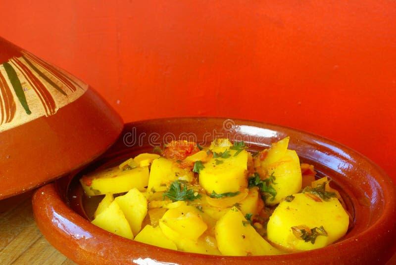Tagine marroquino das batatas foto de stock
