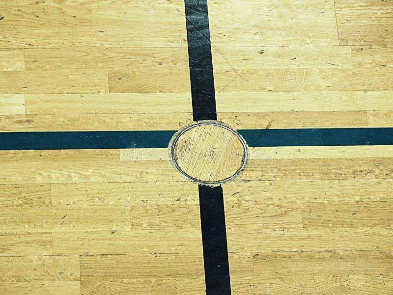 Tagit paus golvlock för utbildningsutrustning, detalj i golv av skolaidrottshallen Svart målat kors royaltyfria bilder