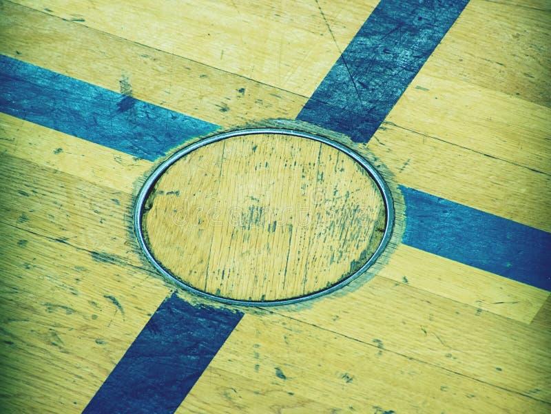 Tagit paus golvlock för utbildningsutrustning, detalj i golv av skolaidrottshallen Svart målat kors royaltyfri bild