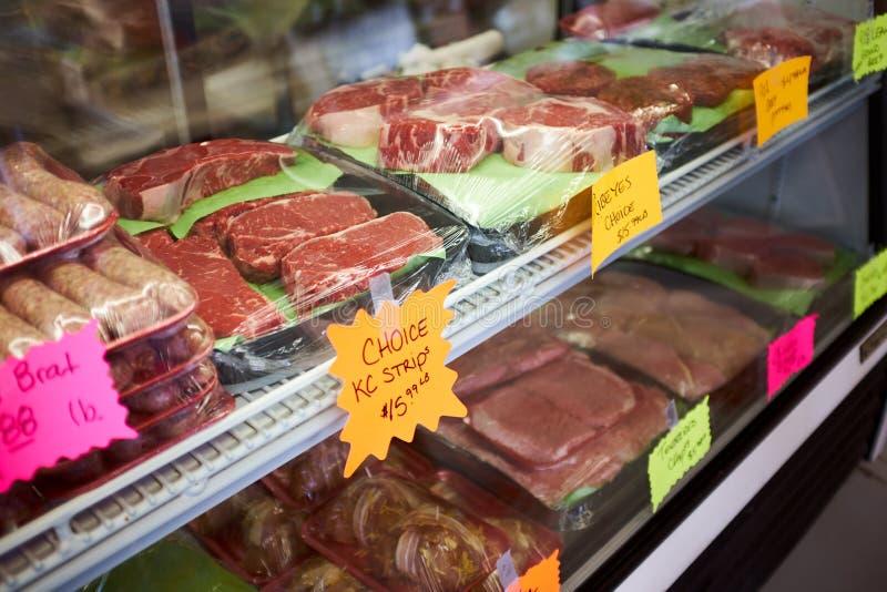 Tagli assortiti di carne fresca visualizzati sui vassoi immagini stock