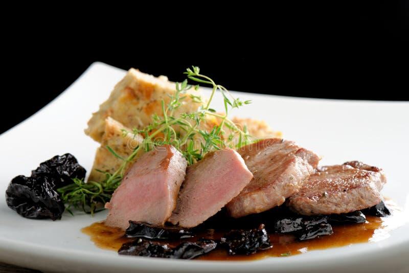 Tagli della bistecca della carne di cervo su una crema di castagne immagine stock