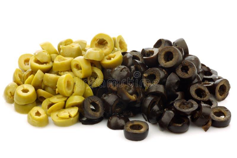 Tagli di recente gli anelli dell'oliva verde e nera fotografia stock libera da diritti
