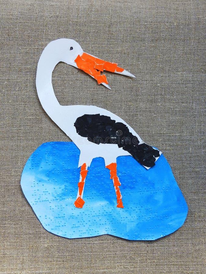 Tagli e dipinto l'uccello variopinto della cicogna su fondo di tela immagine stock